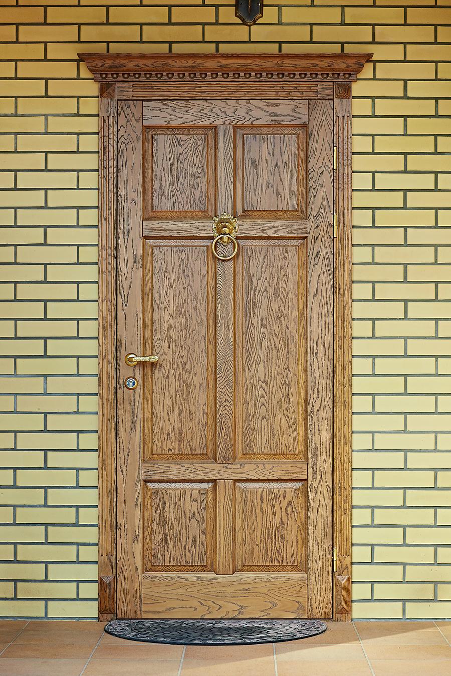Дубовая дверь Кама в современном доме - фото