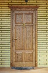 Фото дверей из массива дуба в интерьере