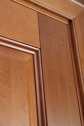 Межкомнатная дверь из ольхи массив цвет Орех светлый - приближенное фото